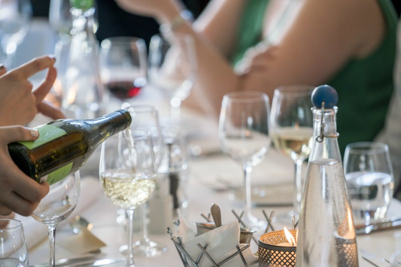 5 easy tips for a wedding guest to keep to a budget